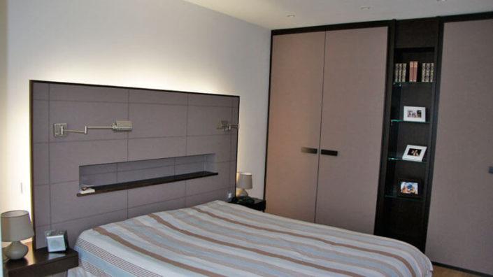 Chambre avec tête de lit et placard - Menuiserie Agencement Général 44 à Nantes (44)