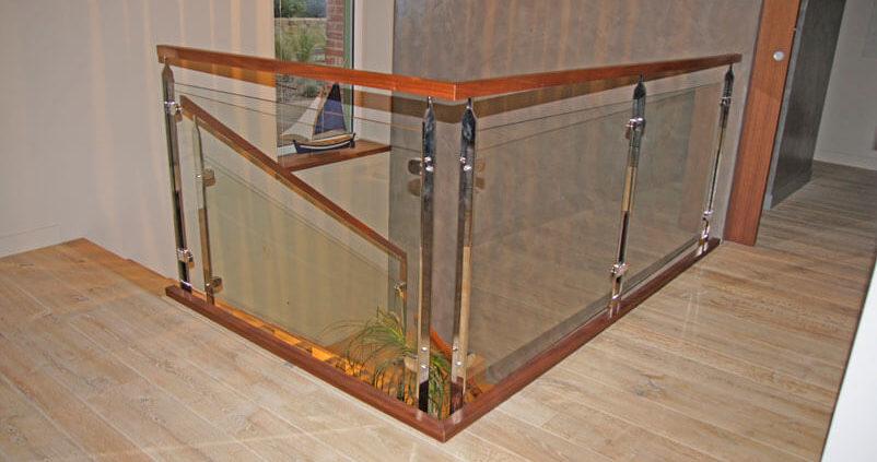 Escalier avec rampe en bois et verre - Menuiserie Agencement Général 44 à Nantes (44)
