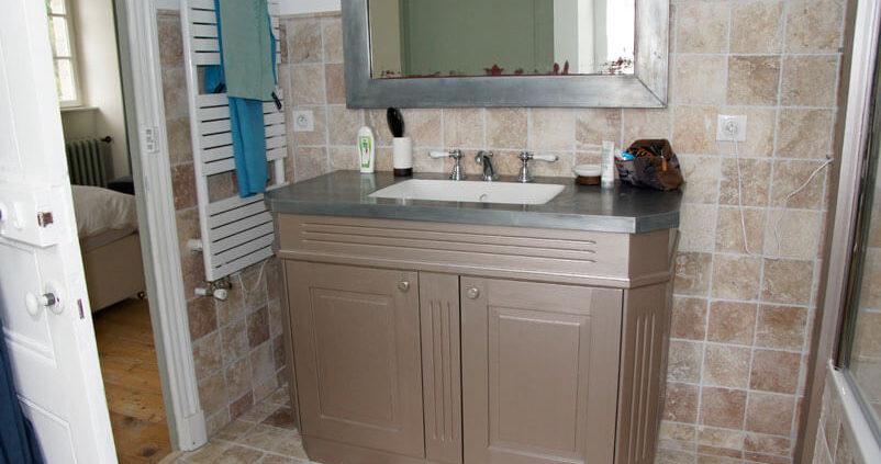 Meuble de salle de bain avec un lavabo sur-mesure - Menuiserie Agencement Général 44 à Nantes (44)