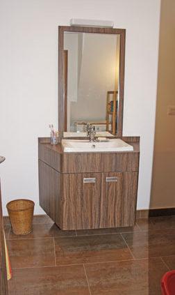 Meuble de salle de bain en bois foncé - Menuiserie Agencement Général 44 à Nantes (44)