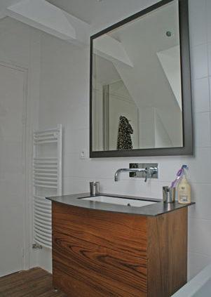 Meuble de salle de bain en bois avec miroir - Menuiserie Agencement Général 44 à Nantes (44)