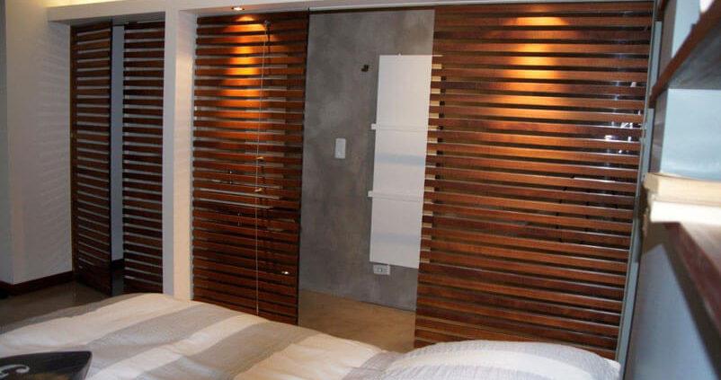 Chambre avec une cloison en bois - Menuiserie Agencement Général 44 à Nantes (44)