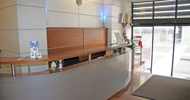 Meuble d'accueil en bois et métal - Menuiserie Agencement Général 44 à Nantes (44)