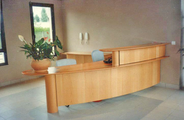 Comptoir d'accueil en bois à deux niveaux - Menuiserie Agencement Général 44 à Nantes (44)