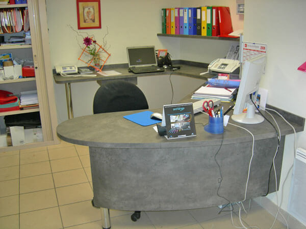 Bureau en bois gris sur-mesure - Menuiserie Agencement Général 44 à Nantes (44)