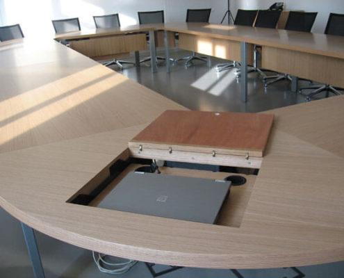 Table pour salle de réunion avec rangements intégrés - Menuiserie Agencement Général 44 à Nantes (44)
