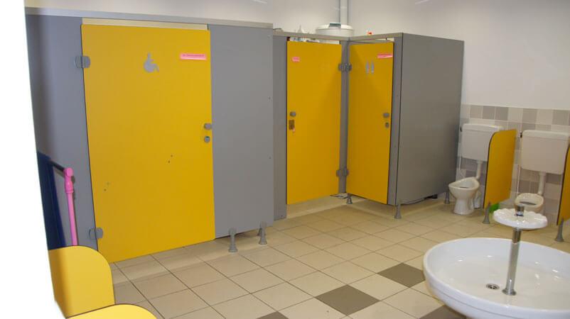 Cloisons et portes pour WC publics - Menuiserie Agencement Général 44 à Nantes (44)