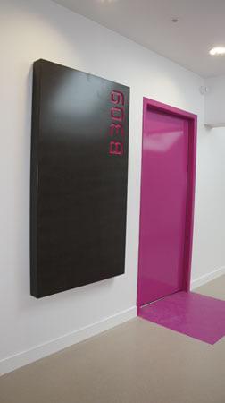 Portes intérieure et panneau indiquant le numéro de salle - Menuiserie Agencement Général 44 à Nantes (44)